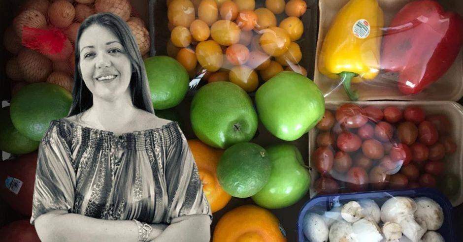 Mujer frente a frutas