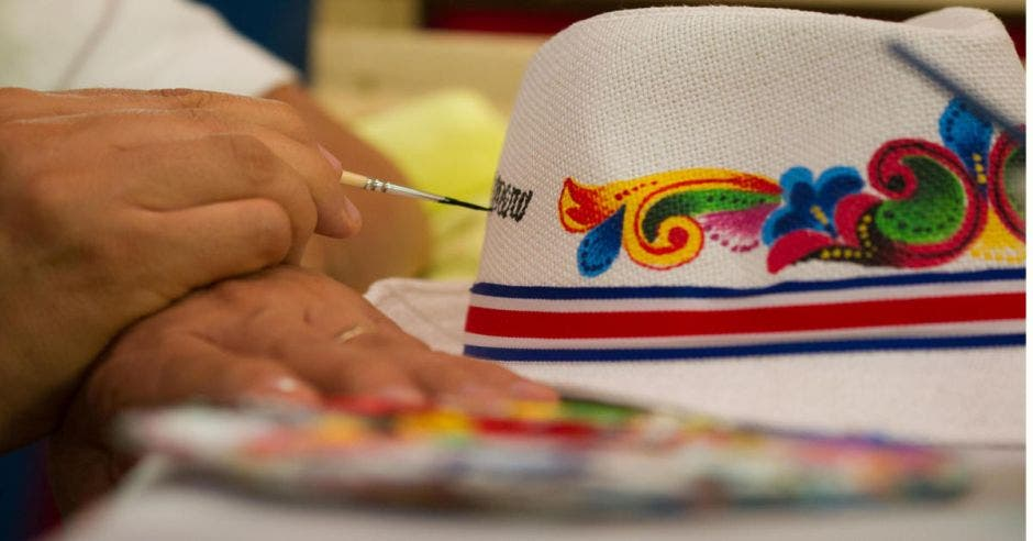 Artesano pintando sombrero