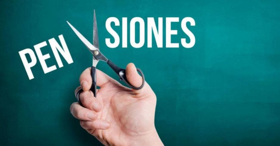 Persona con tijeras cortando palabra pensiones