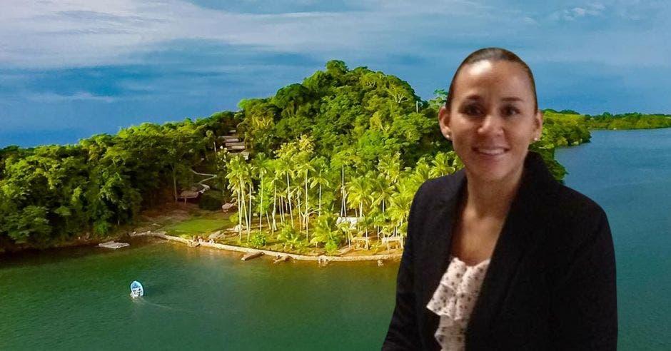 un mujer con saco sobre una isla con mucha vegetación