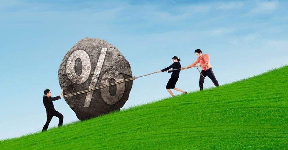 Personas jalando piedra con signo de porcentaje