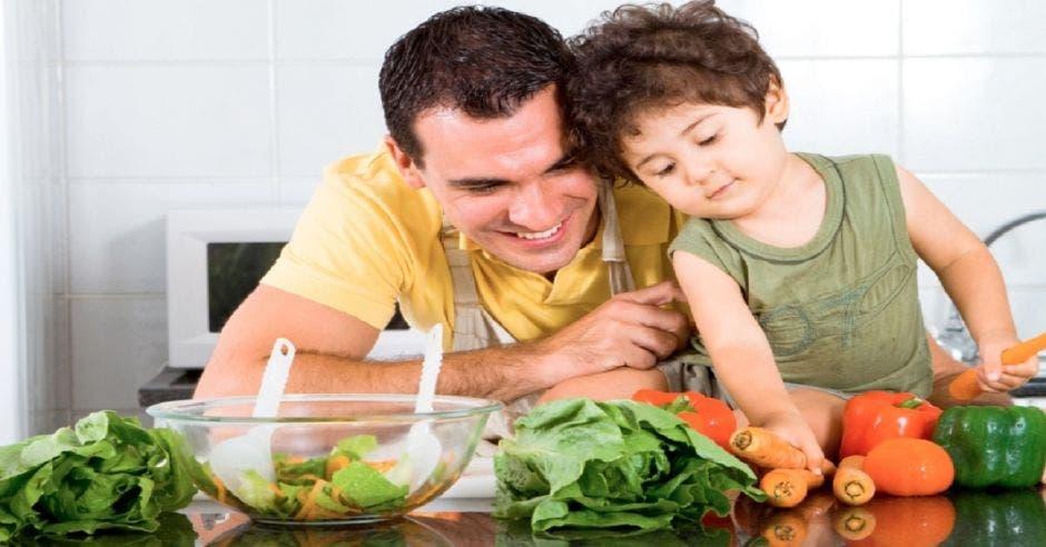 Padre comiendo con hijo