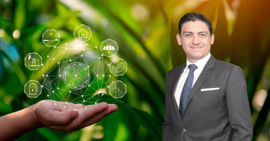 Pedro Beirute, gerente de Procomer con un arte de tecnologías verdes