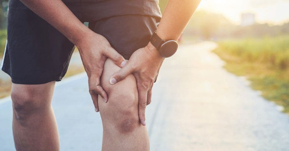 Una persona agarrándose la rodilla