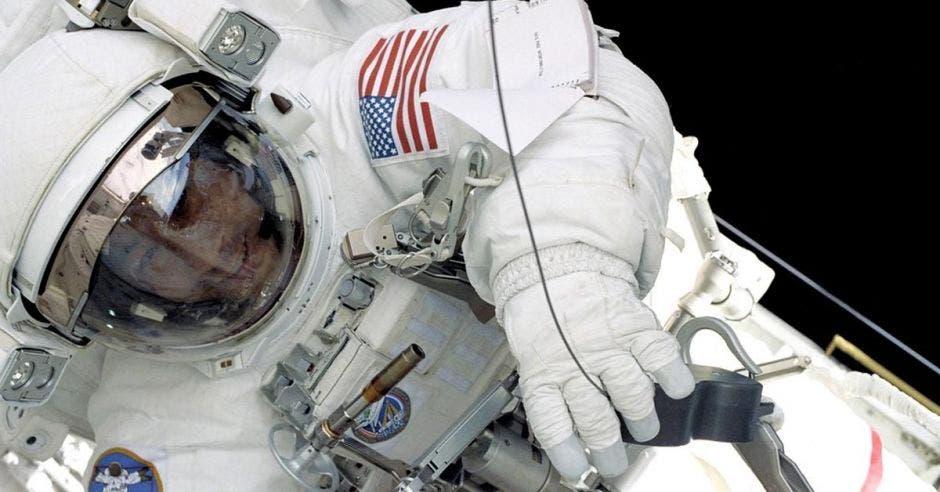 Un astronauta realiza una caminata lunar