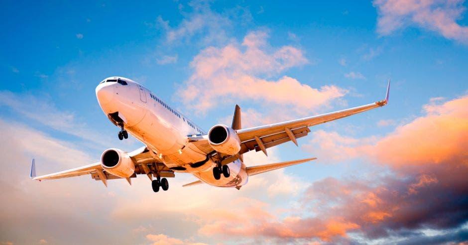 Avión volando por los aires