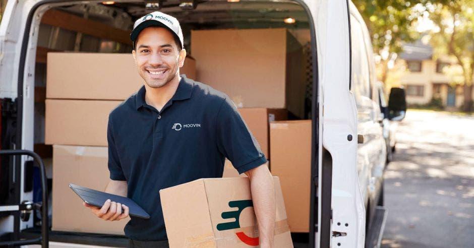 Un mensajero sostiene una caja de cartón