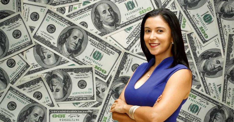 Mujer frente a dólares