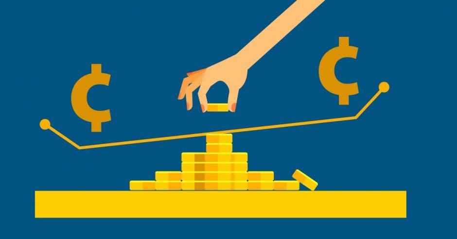 Mujer poniendo moneda en balanza