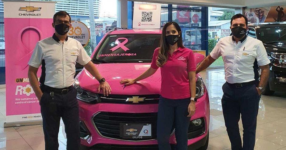 gerentes frente a carro rosa