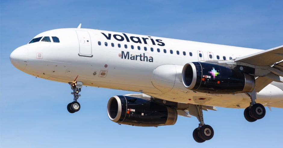 Un avión blanco que dice Volaris Martha