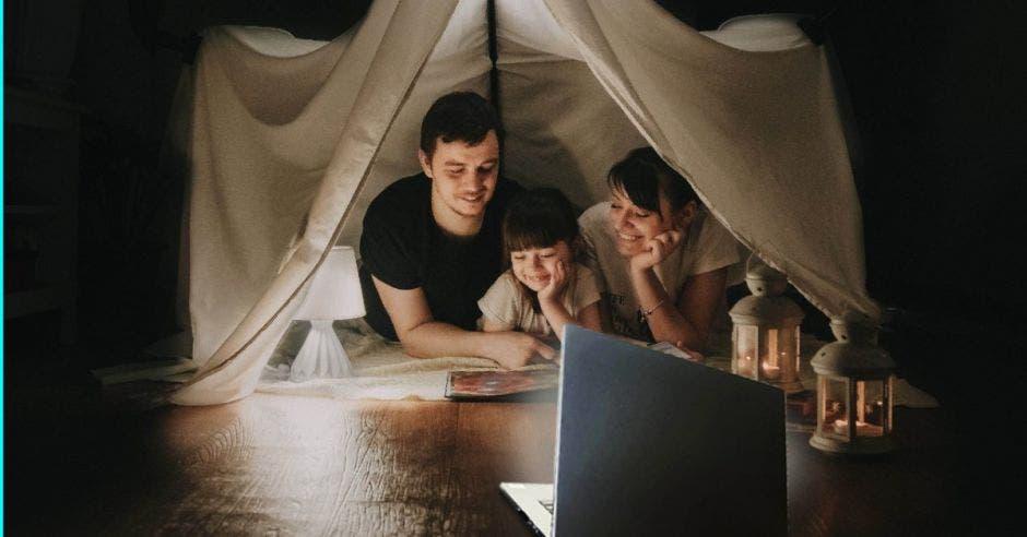 Familia en tienda de campaña