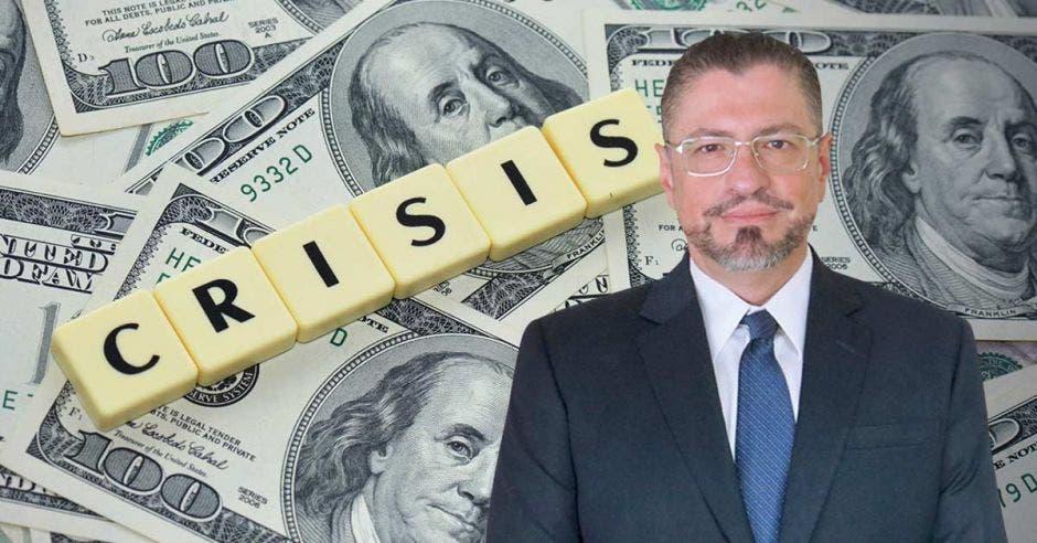 Hombre de lentes frente a billetes