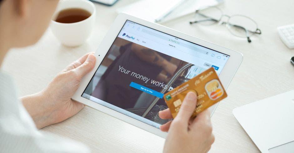 Más tiempo en línea, aumento de uso de teléfonos móviles y menor tiempo invertido en traslados, son algunos beneficios que posicionan al comercio electrónico como tendencia en el gusto del consumidor.  Shutterstock/La República.