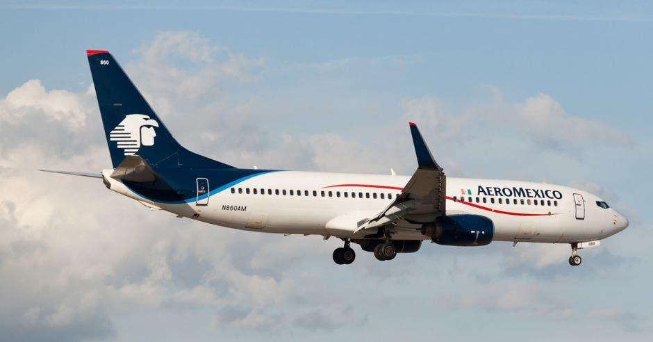 Un avión blanco con alas azules y cola azul