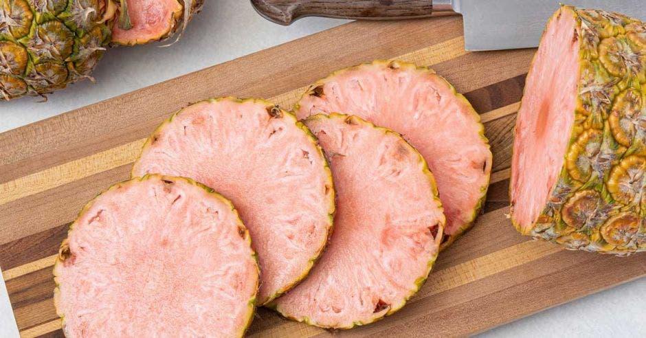 Una piña rosada cortada en rodajas