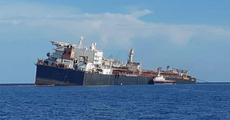 Un barco petrolero hundiéndose