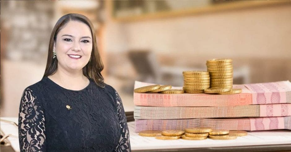 Mujer frente a billetes y monedas