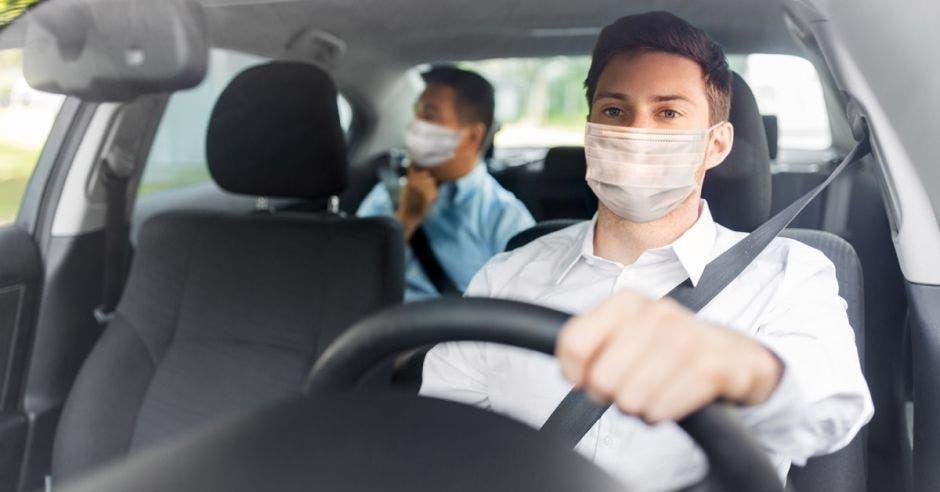 Conductor y pasajero de app de transporte