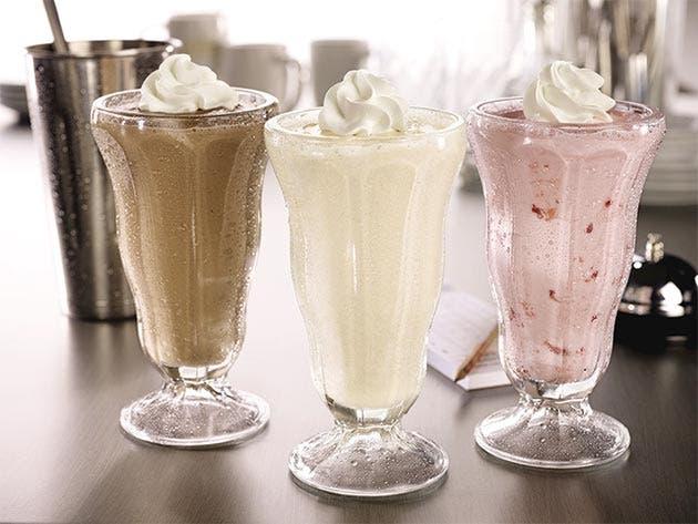 Tres milkshakes en una mesa