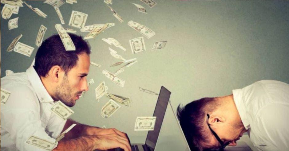 Billetes volando y personas escribiendo en computadora