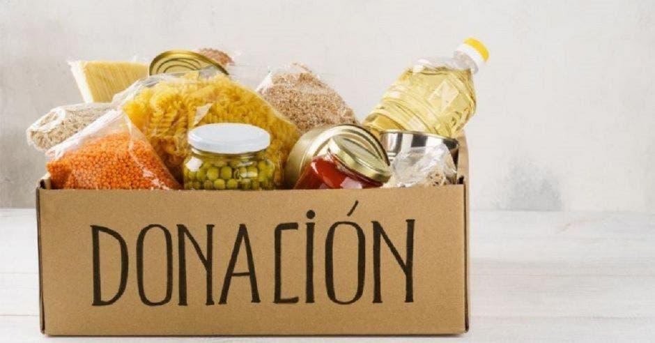 Una caja con víveres y la palabra donación