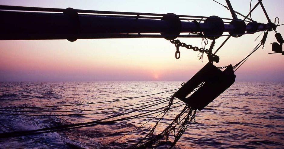 Una red de arrastre pegada a una embarcación