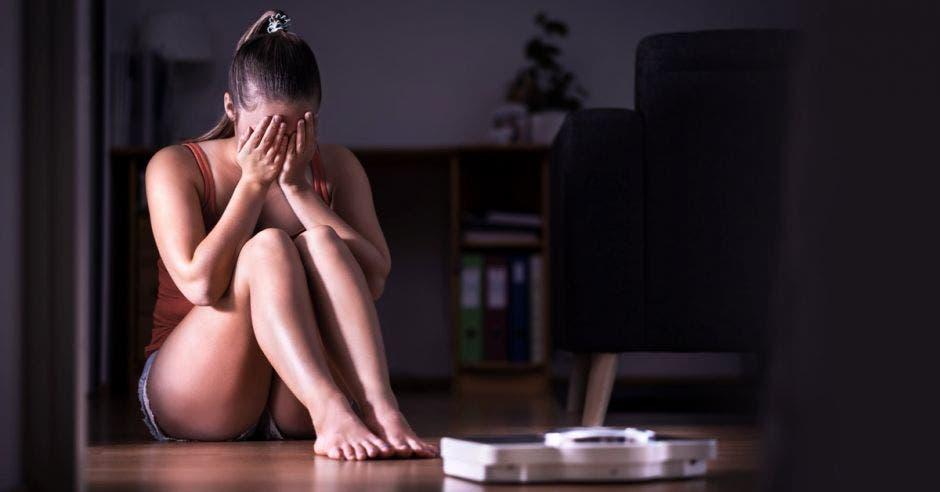 Una mujer sufre por sobrepeso