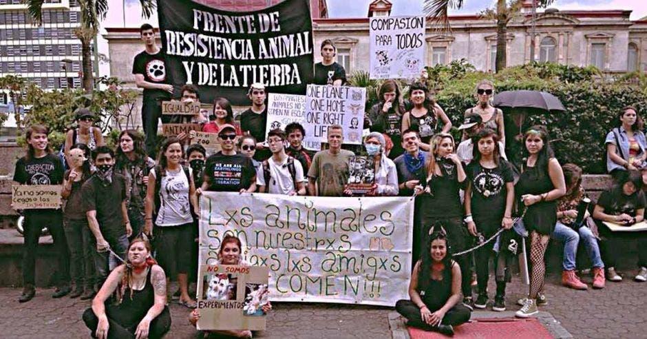 Un grupo de manifestantes vestidos de negro