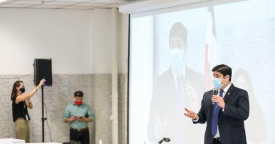 El presidente Carlos Alvarado hablando con microfóno