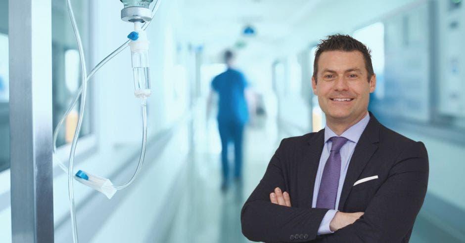 Massimo Manzi y de fondo un pasillo de hospital