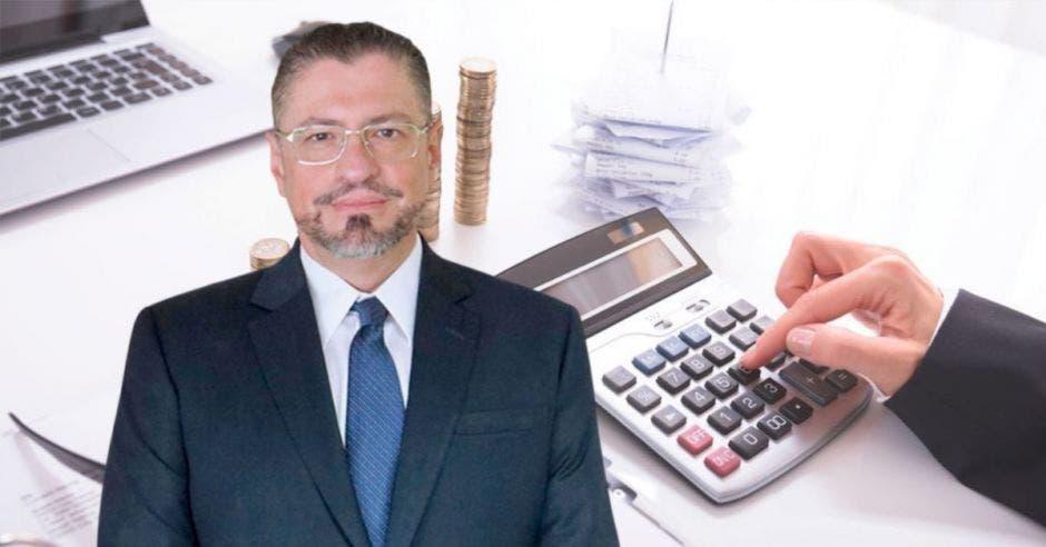 Hombre de traje frente a calculadora