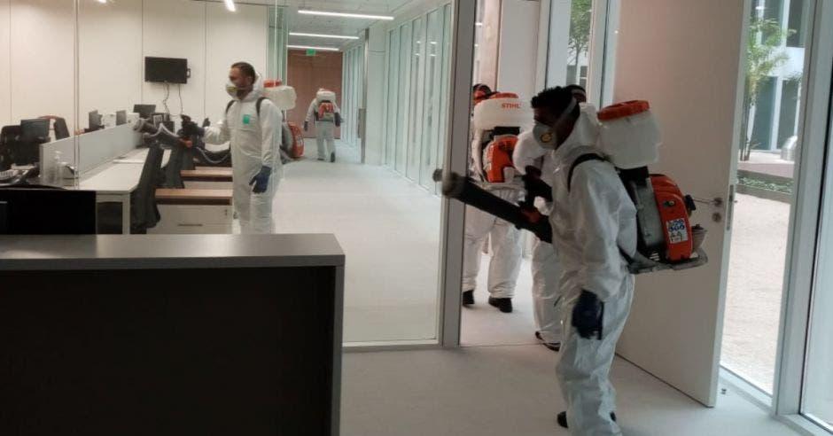 Personas limpiando oficina