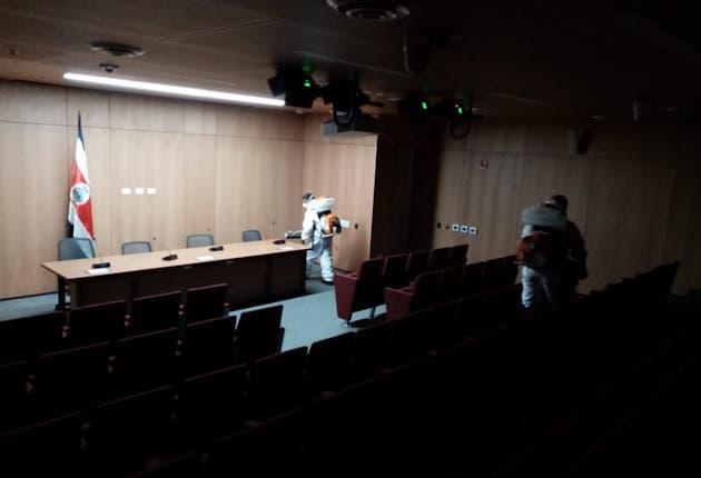Los salones para conferencias de prensa también se  limpiaron por la gran cantidad de periodistas que van al congreso. Cortesía/La República I