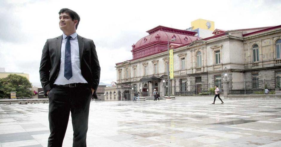 Carlos Alvarado en medio de San josé