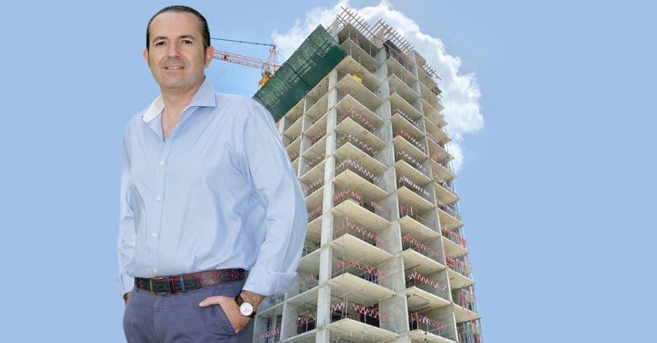 Francisco Avilés, gerente general de Argo Estrategia, con el edificio Elysian de fondo
