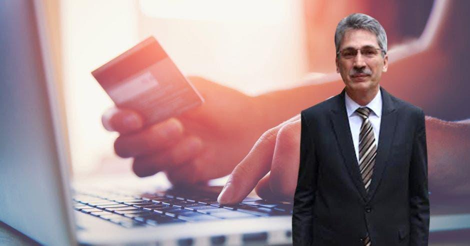 Hombre de bigote y lentes frente a persona con tarjeta de crédito y traje