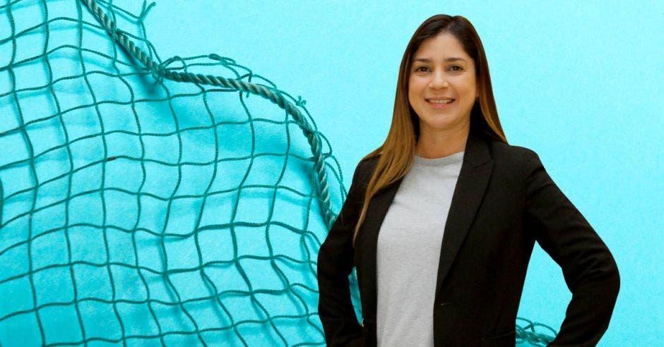 Un mujer sonríe junto a una red de arrastre