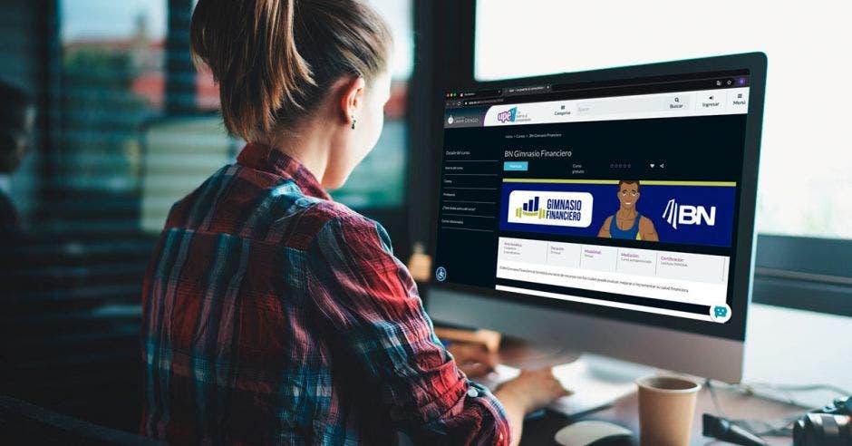 Mujer usa computadora con sitio web del gimnasio financiero
