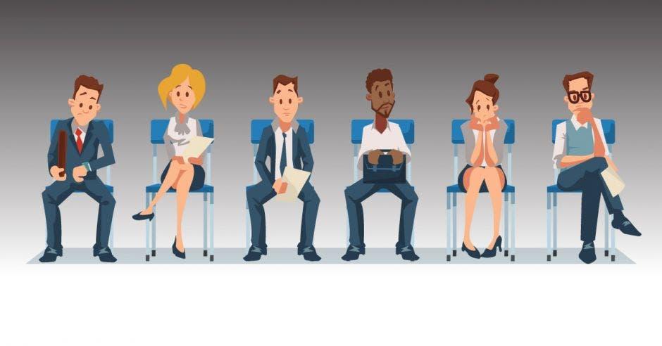 Personas sentadas en fila para entrevista de trabajo