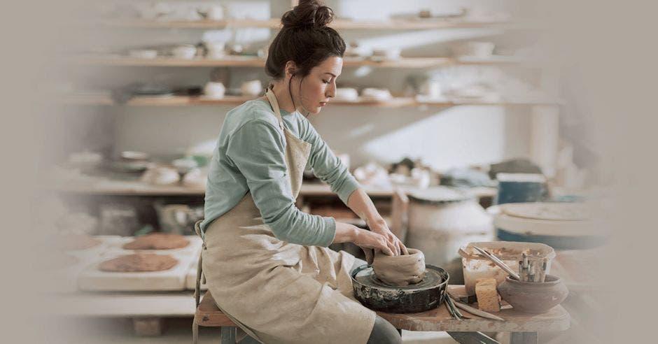 Mujer haciendo artesanía en cerámica