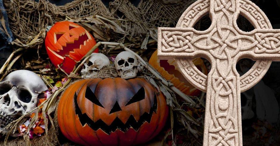 Una cruz celta junto a calabazas y calaveras