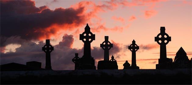Cementerio con cruces celtas.