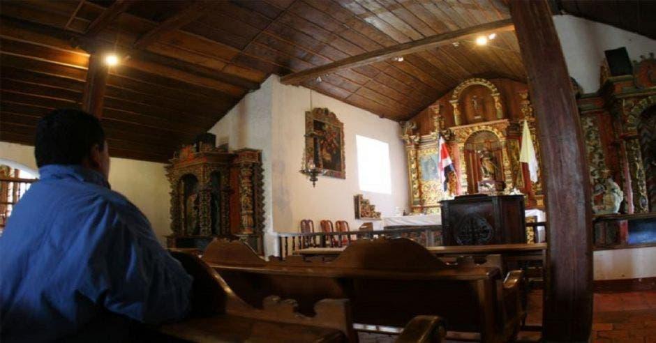 Una persona en una iglesia