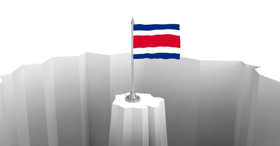 Una bandera de Costa Rica en medio de un precipicio