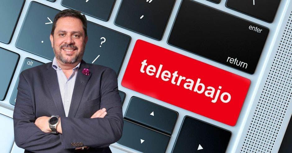 Ignacio Casillas y de fondo un teclado de computadora con una tecla que dice teletrabajo resaltada en rojo