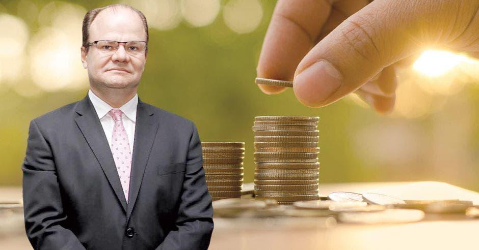 Elián Villegas frente a monedas