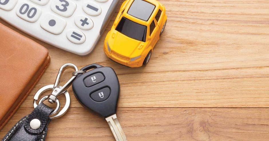Carro de juguete y llaves