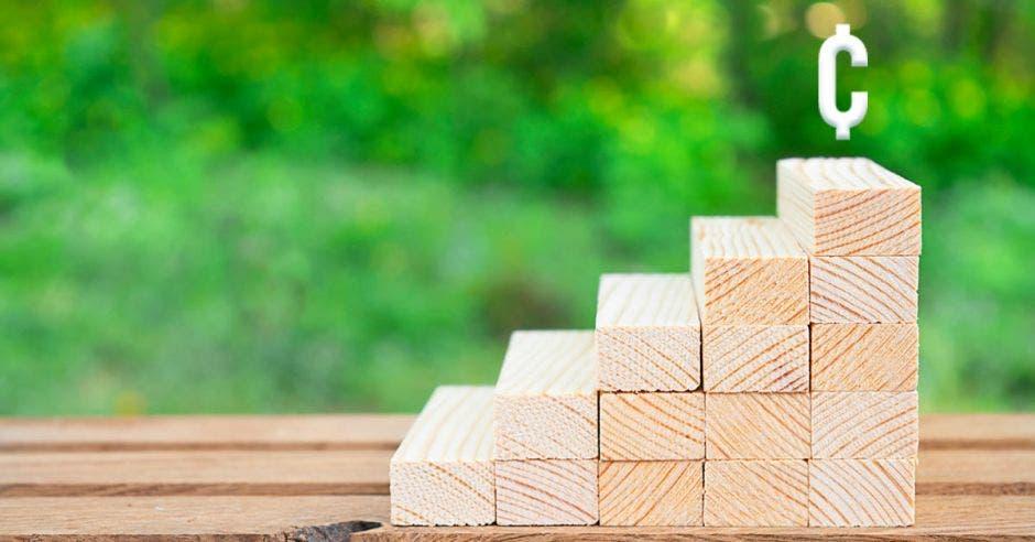 bloques de madera con el símbolo de colones arriba