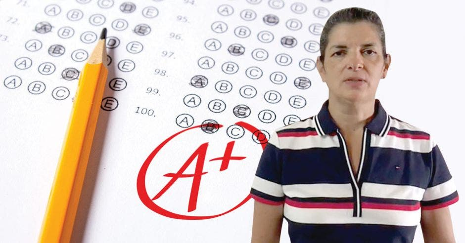 Rocío Torres, jefa de Evaluación de los Aprendizajes del MEP con un dibujo